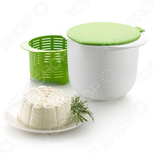 Форма для приготовления творога и сыра Cheese MakerКулинарные принадлежности<br>Форма для приготовления творога и сыра Cheese Maker это форма, которая поможет приготовить домашний сыр или творог в домашних условиях, а главное быстро, вкусно и натурально! Вот один из вариантов приготовления творожного сыра:  Вытащите зеленое сито-корзинку из ёмкости;  Заполните емкость 1 литром молока и поставьте на 15 минут в микроволновую печь, установив при этом мощность 800 Вт.;  Возьмите половинку лимона и выжмите его сок в зеленую силиконовую крышку одно из его делений, где написано Lemon, является дозатором количества лимонного сока , далее перелейте сок в разогретое молоко. Затем перемешайте и дайте ему отдохнуть в течение 30 минут;  Слейте содержимое емкости, через зеленое сито-корзинку, в раковину. Установите сито-корзинку с его содержимым в емкость и накройте силиконовой крышкой;  Поставьте накрытую емкость в холодильник на 1-1,5 часа.<br>