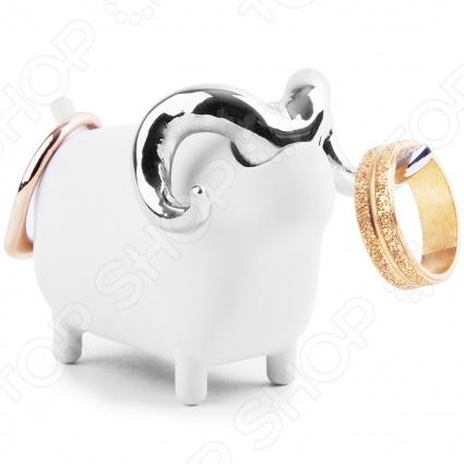 Подставка для колец Umbra Anigram ОвечкаХранение украшений<br>Подставка для колец Umbra Anigram Овечка это удобная фигурка, на которой вы сможете хранить драгоценности, выполненная в форме овечки. Зверь может стоять рядом с вами на столике у кровати или вы можете разместить его в ванной. Занимает мало места и отлично подойдет для украшения стола. Удобно использовать как для колечек, сережек и других аксессуаров, которые вы надеваете как ежедневно, так и для парадных вариантов.<br>