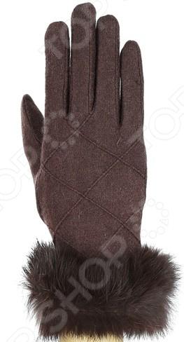 Перчатки Fabretti «Сабина»Варежки. Перчатки<br>Перчатки Fabretti Сабина стильный аксессуар для холодного времени года, который не только спасет ваши руки от холода, но и подчеркнет оригинальность образа. Они выполнены из мягкого приятного на ощупь полотна, удобны в повседневном использовании. Прекрасно сочетаются с зимней одеждой.  Стильные перчатки без подкладки.  Трикотажное полотно хорошо растягивается и комфортно в носке.  Перчатки расшиты элегантной строчкой в виде геометрических ромбов.  Манжета декорирована натуральным мехом кролика.<br>