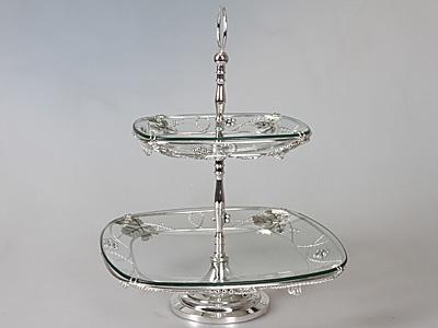 Ваза двухъярусная Rosenberg 3221Сервировочные блюда и тарелки<br>Ваза двухъярусная Rosenberg 3221 - красивая и универсальная ваза, которая станет отличным функциональным украшением любого интерьера. Стильная и элегантная ваза отличается своей удивительной вместительностью, так как состоит из двух ярусов практичной прямоугольной формы, на которых можно расположить как фруктовый букет, так и сладости, которые вы собираетесь подать к чаю. Благодаря своему изысканному и утонченному дизайну, ваза может стать не только идеальным украшением любого торжественного мероприятия, но и великолепным подарком для ваших близких. Преимущества двухъярусной вазы Rosenberg 3221:  прочная и универсальная конструкция;  проста в уходе и использовании;  удивительная детализация;  наличие бортиков;  оригинальный дизайн.<br>