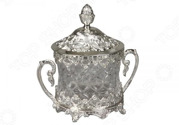 Сахарница Rosenberg 4247Сахарницы. Конфетницы<br>Сахарница Rosenberg очаровательная сахарница, выполненная из качественного стекла и метала с никеле-серебряным покрытием. Имеет объемный орнамент, который понравится каждой хозяйке и будет привлекать внимание гостей. Модель подходит как для сервировки праздничного стола, так и для каждодневного использования. Сахарницу можно очищать под проточной водой. Имеет удобную цилиндрическую форму и 2 рукоятки с помощью которых можно будет удобно обхватить сахарницу. Благодаря необычному орнаменту такую сахарницу можно будет преподнести в подарок близкому человеку.<br>