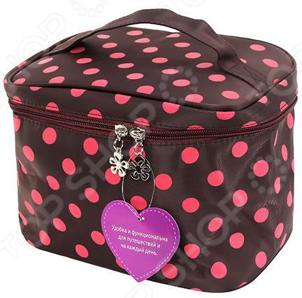 Косметичка EL Casa с розовым горошком 23х16х17 смКосметички<br>Косметичка EL Casa с розовым горошком незаменимый и постоянно используемый аксессуар, который должен быть у каждой женщины. Данная модель является стационарной или для поездок и путешествий. Косметичка поместиться в рюкзак, не занимая там много места. В ней можно уместить всю необходимую косметику, которая может понадобится вне дома. Материалы максимально износостойкие и прочные, а замок-молния легко открываемый и защищен от поломок. Элегантная косметичка компактна и превосходно держит форму. Данная модель сделана в форме шкатулки с застежкой на молнии. Она выполнена из сверхпрочного материала, оформленного красивым и ярким цветом с рисунком. Внутри один большой отсек для туши, помады, пудры и т.д. Внутренняя обивка изготовлена из ткани, которая защищает содержимое от повреждений. Для большего удобства у изделия есть ручка, позволяющий ее носить с собой в руке. Косметичка не только стильный, но и многофункциональный подарок. Если вы решили подарить девушке или женщине косметичку вы выбрали идеальный вариант для подарка. Косметичек много не бывает и каждой новой моментально найдется полезное применение.<br>