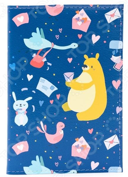 Обложка для автодокументов кожаная Mitya Veselkov «Медвежья почта»Обложки для автодокументов<br>Обложка для автодокументов кожаная Mitya Veselkov Медвежья почта незаменимый аксессуар для любого автовладельца. Сложить бесконечное множество необходимых документов на авто в портмоне или кошелек бывает не всегда удобно, а носить специальную сумочку рискуешь её где-нибудь обязательно забыть или потерять. Такой компактный и практичный аксессуар поможет вам с комфортом и организованно разложить такие документы как: водительские права, документы на машину или доверенность, страховочный лист и прочее. Особенность обложки заключается в её удивительной вместительности и оригинальном дизайне от популярного российского бренда Mitya Veselkov, который отличается своей креативностью и запоминающимися принтами. Обложка для автодокументов кожаная Mitya Veselkov Медвежья почта выполнена из натуральной кожи. Этот материал со временем не рвется, не истирается и не трескается, поэтому прослужит долгое время без малейших нареканий. Оригинальный дизайн с очаровательным принтом украшает внешнюю сторону обложки и заставит улыбнуться не только вас, но и строгих блюстителей закона. Такой аксессуар идеально подчеркнет вашу индивидуальность и внимательность к мелочам, а также станет стильным подарком для ваших друзей и близких.<br>