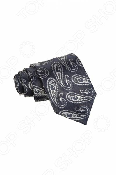 Галстук Mondigo 34910Галстуки. Бабочки. Воротнички<br>Галстук Mondigo 34910 станет важным дополнением гардероба каждого мужчины, ведь стильный и правильно подобранный галстук способен превратить повседневный классический образ мужчины в стильный и современный образ делового человека. Галстук выполнен из высококачественной микрофибры темно-серого цвета и украшен восточным принтом пейсли. Модель послужит прекрасным дополнением костюма и будет гармонично смотреться как в офисе, так и на официальных торжественных мероприятиях. В комплекте с галстуком карманный платок размером 23х23 см. Ширина у основания галстука составляет 8,5 см.<br>