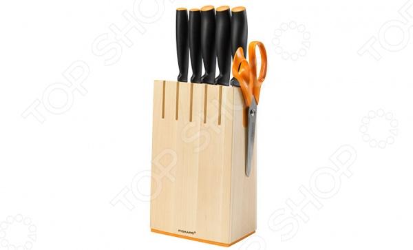Набор ножей Fiskars Functional Form 1014211Ножи<br>Набор ножей Fiskars Functional Form 1014211 станет прекрасным дополнением к вашему комплекту аксессуаров и принадлежностей для кухни. Лезвия ножей выполнены из высококачественной нержавеющей стали, имеют особую форму и специальный угол заточки, что обеспечивает удобство при нарезании, разделке и очистке продуктов. В набор входит пять ножей: поварской, азиатский, нож для томатов, нож для хлеба и нож для чистки овощей. Изделия снабжены эргономичными рукоятками с мягким покрытием Softgrip, обеспечивающими надежный захват инструментов при работе и препятствующими выскальзыванию ножей из рук. Ножи можно мыть в посудомоечной машине. В комплекте деревянная подставка для хранения со встроенным магнитом.<br>