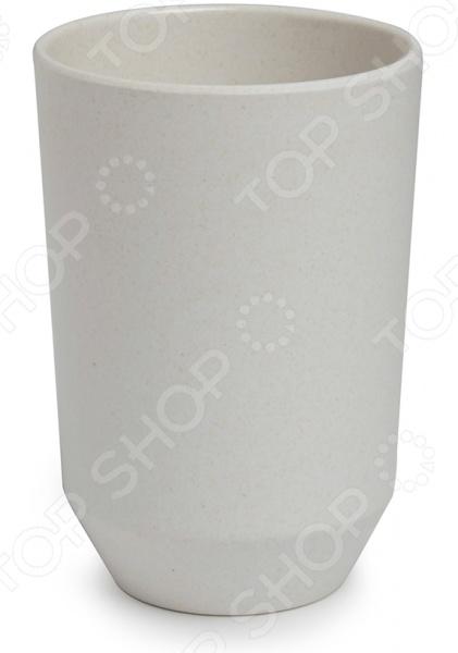 Подставка для зубных щеток Umbra FibooАксессуары для ванной комнаты<br>Подставка для зубных щеток Umbra Fiboo это современный, стильный и крайне необходимый аксессуар для ванной комнаты. Представленная модель изготовлена из бамбукового волокна. Материал изготовления отвечает всем требованиям гигиеничности, безопасности и гипоаллергенности. В стакане можно держать зубные щетки, пасту или любые другие предметы, необходимые для личного ухода. Устойчивость на поверхности гарантирует широкое основание.<br>