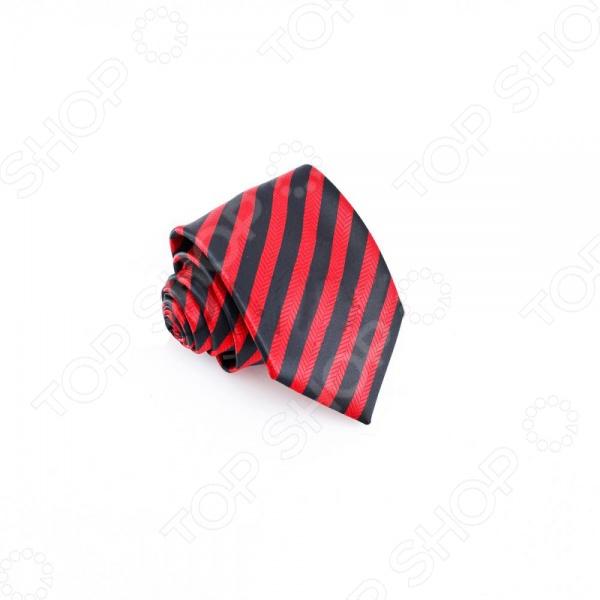 Галстук Mondigo 34531Галстуки. Бабочки. Воротнички<br>Галстук - важный элемент гардероба в жизни каждого мужчины. Сегодня сложно себе представить современного делового мужчину без галстука и это не удивительно, ведь именно галстук является главным атрибутом делового стиля. Не редко, для делового мужчины галстук - одна из немногих деталей, которая позволяет выразить свою индивидуальность, особенно в случаях, когда необходимо соблюдать строгий дресс-код. Однако, галстук уже давно вышел за пределы деловой сферы. Сегодня многие мужчины предпочитающие стиль кэжуал, так же активно прибегают к помощи различных галстуков для создания своего уникального образа. Галстуки стали очень разнообразными как по виду и цвету, так и по форме и материалу изготовления, благодаря этому их можно активно носить не только в офис и на деловых встречах, но даже на отдыхе и в повседневной жизни. Галстук Mondigo 34531 - оригинальная модель, которая станет завершающим штрихом в образе солидного мужчины. Правильно подобранный галстук позволяет эффектно выделить выбранный вами стиль, подчеркнуть изысканность и уникальность его владельца. Оригинальный и изысканный галстук. Красная диагональная полоса на черном фоне привносит в модель яркую нотку. Галстук уместен, как в торжество, так и для повседневного применения. Ширина у основания 8,5 см.<br>