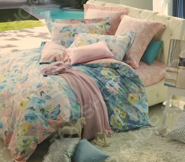 Комплект постельного белья La Noche Del Amor А-588. Цвет: розовый, голубой. ЕвроЕвро<br>Спальня один из важнейших уголков квартиры. Это место, где человек может отдохнуть и набраться сил после трудного рабочего дня, прочитать любимую книгу и просто побыть вместе со своей второй половинкой. Именно поэтому к оформлению спальной комнаты следует подходить с большой ответственностью. Комплект постельного белья La Noche Del Amor А-588 прекрасное решение для любой спальни. Вас приятно удивит сочетание высококачественного материала, насыщенной цветовой палитры и красивого узора. Розово-голубая гамма привнесет в комнату особый уют, комфорт и гармонию. А изящная цветочная композиция станет органичным продолжением любого интерьера.  Сатин качество, практичность, изысканность! Постельное белье изготовлено из натурального хлопка. В процессе производства используется два вида нитей: утолщенные волокна для основы, а крученные тонкие для лицевой стороны. Таким образом, внешняя сторона белья получается гладкая и блестящая. А с изнанки формируется более плотный, шероховатый слой. Именно это сатиновое плетение и формирует исключительные потребительские качества постельного белья:  высокую прочность;  износоустойчивость;  хорошую воздухопроницаемость;  легкость стирки и глажки;  приятную текстуру;  длительную стойкость красок;  хорошие теплоизолирующие свойства. Хлопок прекрасно сохраняет температуру и впитывает влагу. Поэтому в летнее время вы будете ощущать приятную прохладу, а в холодный сезон обволакивающее тепло. Хлопок не содержит аллергенов это самый подходящий материал для людей, чувствительных к различным внешним раздражителям. Создайте спальню своей мечты Комплект постельного белья La Noche Del Amor залог комфортного сна и отдыха. Утонченный рисунок станет замечательным завершением рабочего дня, оставит позади все тревоги и шум города. Теперь каждая минута, проведенная в спальной комнате, будет вызывать исключительно приятные эмоции. А после пробуждения вас будут сопровождать