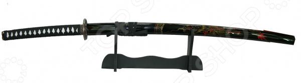 Модель самурайского меча на подставке 31103Сувенирное оружие<br>Модель самурайского меча на подставке 31103 комплект, состоящий из катаны и стенда для нее. Роскошь, изящество, утонченность форм, завораживающая красота и, исключительно, качественные материалы вот основные достоинства этой модели, которые будут оценены всеми истинными знатоками японской культуры. Если вы коллекционируете холодное оружие или просто хотите оформить интерьер квартиры в восточном стиле, то такая модель самурайского меча вам обязательно пригодится. Лезвие оружия изготовлено из первоклассной стали, устойчивой к коррозии, поэтому повышенная влажность ему не страшна. Однако к деревянному стенду и ножнам следует относиться с особой тщательностью и регулярно протирать мягкой сухой тканью, чтобы удалить пыль. Меч катана настоящее произведение искусства, с любовью созданное умелыми руками мастера. Становясь обладателем такого декоративного оружия, вы получаете уникальную возможность прикоснуться к загадочной культуре Японии, привнести ее частичку в свое жилище и, конечно же, ощутить атмосферу эпохи самураев своими собственными руками.<br>