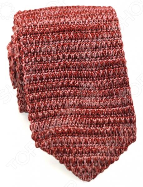 Галстук Mondigo 32034 предназначен специально для мужчин. Сложно представить классический костюм без аккуратно завязанного галстука. Данный аксессуар давно стал неотъемлемой частью мужского гардероба. Деловая встреча, праздничный ужин, выход в свет, выступление перед аудиторией правильное сочетание галстука с остальными деталями одежды подчеркивает ваш статус и уверенность в себе, а также является символом проявления уважения к окружающим. Выбирая различные виды узлов, можно носить один галстук каждый день и при этом выглядеть свежо и стильно. Галстук Mondigo 32034 выполнен из меланжевой пряжи кирпичного оттенка. Благодаря особым приемам ручной работы, он не теряет форму и не развязывается. Ширина у основания составляет 6 см.
