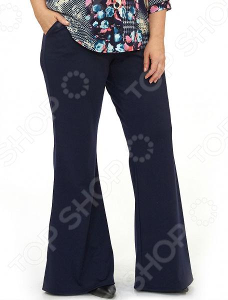 Брюки Матекс «Сезам». Цвет: синийБрюки. Бриджи. Шорты<br>Брюки Матекс Сезам это классическая модель брюк, разработанная с учетом всех особенностей женской фигуры. У них удобная посадка, а верхний край брюк не стягивает, поскольку сделан из мягкой ткани, благодаря чему формируется визуально стройный силуэт и корректируются недостатки в области живота и бедер. Брюки созданы на все случаи жизни , прекрасно подойдут для офиса, прогулки, посещения мероприятий. Можно отметить следующие характеристики брюк:  Универсальная длина до щиколотки.  Широкий пояс на резинке.  По бокам 2 кармана.  На фото с блузой Цветы Марии . Состав ткани, включает только качественные компоненты, что делает модель невероятно практичной и комфортной 65 вискоза, 30 полиэстер, 5 лайкра . Благодаря натуральному составу кожа дышит и не преет.<br>