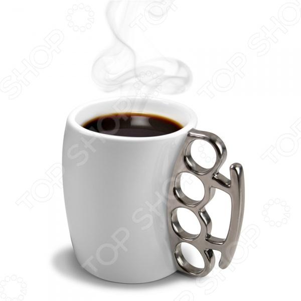 Кружка Fred&amp;amp;Friends FisticupКружки. Чашки<br>Кружка Fred Friends Fisticup это сочетание стильного эксклюзивного дизайна и великолепного качества исполнения. Она внесет яркий акцент в сервировку стола и станет отличным дополнением к набору аксессуаров и принадлежностей для кухни. Кружка выполнена из высококачественной белой керамики и украшена металлической ручкой, напоминающей по форме кастет. Не советуем вам шутить с обладателем такой кружки!<br>