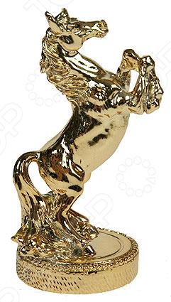 Статуэтка «Лошадь»Статуэтки и фигурки<br>Статуэтка Лошадь не только внесет яркий акцент в интерьер вашего дома, но и отлично подойдет в качестве сувенирного подарка родным и близким. Модель выполнена из высококачественных материалов, отличается оригинальным дизайном и великолепным качеством исполнения. Подобные элементы декора широко используются в дизайне интерьера и позволяют придать ему еще больше гармоничности и нетривиальности. В качестве материала изготовления для статуэтки используется искусственный камень, или, как его еще называют полистоун. Данный материал отлично зарекомендовал себя в производстве различных предметов интерьера, благодаря своей экологичности, прочности и устойчивости к высоким температурам и механическим повреждениям. Помимо прочего, он достаточно неприхотлив в уходе: вам будет необходимо всего лишь время от времени протирать статуэтку мягкой тканью от пыли.<br>
