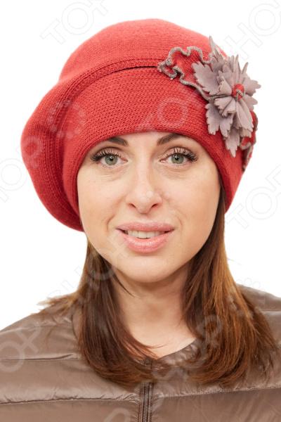 Берет LORICCI «Рузана»Головные уборы<br>Берет LORICCI Рузана удобный головной убор, который подойдет женщинам любого возраста. Создавайте невероятные образы каждый день с помощью этого замечательного аксессуара. Прекрасно сочетается с осенней и зимней одеждой.  Берет объемный двойной из вязанного трикотажного полотна.  Вывязан лицевой гладью.  Декорирован тканевой аппликацией и трикотажным цветком. Берет выполнен из мягкого трикотажного полотна, состоящего на 50 из шерсти и на 50 из акрила. Материал хорошо растягивается и комфортен в носке.<br>