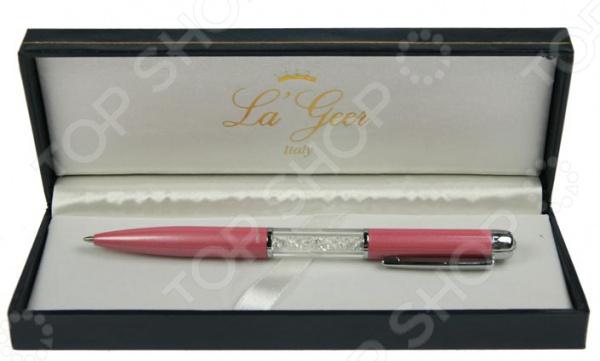 Ручка шариковая La GeerРучки и аксессуары<br>Ручка шариковая La Geer оригинальная шариковая ручка, которая станет украшением любого письменного или рабочего стола. Необычный и оригинальный дизайн отлично сочетается с её прекрасными техническими характеристиками. Корпус выполнен из облегченного металла, который обеспечивает легкое и комфортное письмо. Особенность заключается в необычном и запоминающемся дизайне с оригинальной акриловой вставкой. Лаконичная, изящная форма и латунные детали придают ручке особый шарм и изысканность. Качественный шариковый стержень обеспечивает мягкое, бесперебойное и долгое письмо. Эта красивая и элегантная ручка станет роскошным подарком для ваших друзей, коллег и близких на самые важные праздники и даты. Чтобы ручка прослужила вам как можно дольше, её не рекомендуется держать в тепле.<br>