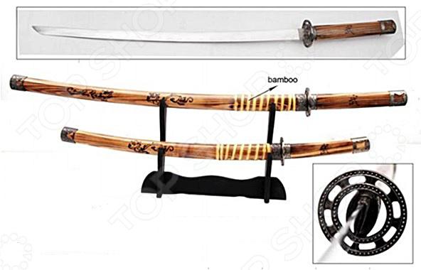 Набор из двух самурайских мечей на подставке 31154Сувенирное оружие<br>Набор из двух самурайских мечей на подставке 31154 комплект, состоящий из мечей катана и вакидзаси, а также стенда для них. Роскошь, изящество, утонченность форм, завораживающая красота и, исключительно, качественные материалы вот основные достоинства этого набора, которые будут оценены всеми истинными знатоками японской культуры. Если вы коллекционируете холодное оружие или просто хотите оформить интерьер квартиры в восточном стиле, то комплект декоративных мечей вам обязательно пригодится. Лезвия оружия изготовлены из первоклассной стали, устойчивой к коррозии, поэтому повышенная влажность им не страшна. Однако к деревянному стенду и ножнам следует относиться с особой тщательностью и регулярно протирать мягкой сухой тканью, чтобы удалить пыль. Каждый из мечей настоящее произведение искусства, с любовью созданное умелыми руками мастера. Становясь обладателем такого набора, вы получаете уникальную возможность прикоснуться к загадочной культуре Японии и привнести ее частичку в свое жилище.<br>