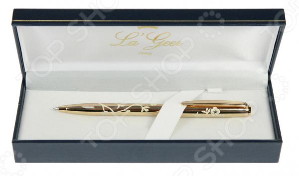 Ручка шариковая La Geer 50327-BPРучки и аксессуары<br>Ручка шариковая La Geer 50327-BP это идеальное сочетание классических линий, лаконичного дизайна, качества и функциональности. Корпус ручки изготовлен из качественной меди и пластика с необычной отделкой, что придает ручке идеальную балансировку и приятный вес. Сверху покрыт позолотой. Зона хвата удобной формы не даст пальцам скользить даже во время быстрого письма. Лаконичный декоративный узор придает ручке дополнительный шарм и изысканность. Качественный шариковый стержень обеспечивает мягкое, бесперебойное и долгое письмо. Эта красивая и элегантная ручка станет роскошным подарком для ваших друзей, коллег и близких на самые важные праздники и даты. Чтобы ручка прослужила вам как можно дольше, её не рекомендуется держать в тепле.<br>