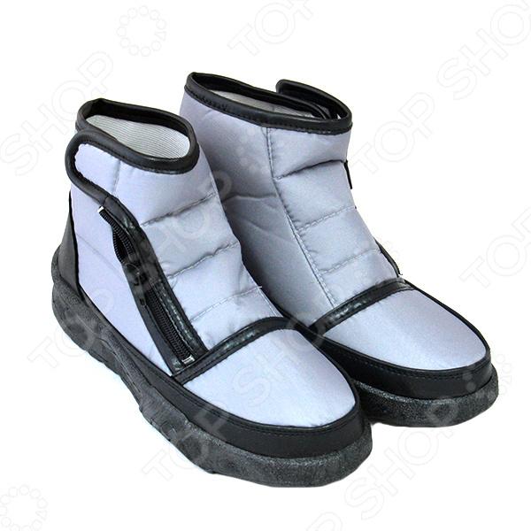 Ботинки «Валентина». Цвет: серыйБотинки<br>Ботинки Валентина это удобные домашние ботинки, которые представляют собой модную, современную и практичную обувь. Эти сапоги станут незаменимым дополнением к вашей домашней одежде зимой, ведь они прекрасно сохранят тепло ваших ножек даже при выходе на балкон. Эти замечательные ботинки подойдут для любой полноты ног. Модель имеет удобную застежку молнию, и дополнительную липучку, которая позволяет регулировать обувь по полноте ноги. Модель исполнена методом литьевого крепления, на толстой подошве, если вам потребуется незамедлительно выйти на улицу, то вы не почувствуете дискомфорта, ведь обувь поддержит теплоту даже в холодную погоду, а водоотталкивающая поверхность защитит ноги от влаги. Ботинки без труда отмываются, верхнее покрытие не трескается, не желтеет и не впитывает грязь. Комфорт, универсальность и практичность являются главными достоинствами этих ботинок.<br>