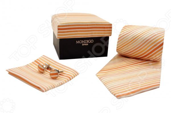 Набор подарочный: галстук, запонки, нагрудный платок Mondigo 43118Галстуки. Бабочки. Воротнички<br>Набор подарочный: галстук, запонки, нагрудный платок Mondigo 43118 - стильный подарочный набор выполненный в оранжевом цвете и украшенный диагональными полосами. В комплект входит галстук, запонки и нагрудный платок. Галстук выполнен из шелка и обладает хорошими гигиеническими свойствами и особым блеском. Запонки из металла высокой пробы будут стильно выглядывать из под пиджака. Верхняя часть запонок выполнена из шелка. Комплект упакован в подарочную упаковку из ткани аналогичной расцветки. Такой элегантный и стильный набор непременно понравится каждому мужчине.<br>
