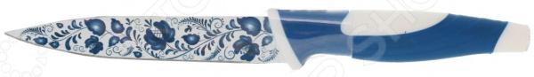 Нож Miolla кухонный «Гжель»Ножи<br>В арсенале современных хозяек существует множество приборов для ускорения и автоматизации процесса нарезания продуктов. Однако ни один из них не способен полностью заменить традиционный нож. Если вы в душе настоящий повар и пылаете страстью к готовке, то в любом случае захотите все сделать своими руками. Ведь только так подготовка ингредиентов будет под полным вашим контролем: точная толщина, размер и форма кусочков.  В этом деле не обойтись без ножа Miolla кухонный Гжель . Мастерство основа успеха, а при наличии достойного инструмента ваш кулинарный потенциал раскроется в еще большей степени. Почему мы выбираем Miolla  Российский бренд, европейское качество. Ножи сделаны с соблюдением всех требований к современным стандартам производства.  Специалисты компании уделяют внимание не только качеству и удобству использования, но и эстетической составляющей. Сложно поверить, что лезвие ножа выковано из металла. Все дело в декоративном покрытии, украшающем клинок. Эта маленькая деталь привнесет свежий штрих в коллекцию ваших кухонных аксессуаров.  Открытость новым решениям. Преимущества стальных лезвий доказаны временем, но в данной линейке от Miolla их смогли сделать еще лучше за счет антибактериального покрытия.  Как по маслу Стальное лезвие выделяется не только высокой надежностью. Оно значительно дольше держит заточку, и его остроту легко восстановить. Овощи, фрукты, мясо и прочие продукты режутся без особого труда. При этом антибактериальное покрытие добавляет еще больше полезных свойств:  Ингредиенты в процессе резки практически не налипают на лезвие.  Не происходит окисления продуктов, что не влияет на изменение их оригинальных вкусовых качеств.  Предотвращается развитие микробной среды на продуктах.  Лезвие легко очищается под проточной водой. Допускается мытье в посудомоечной машине.  Этот универсальный нож идеально подойдет для выполнения различных задач по измельчению продуктов для приготовления ваших любимых блюд. Заказывайте