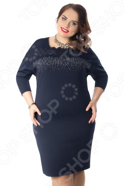 Платье Wisell «Звездная ночь»Повседневные платья<br>Платье Wisell Звездная ночь это легкое платье, которое поможет вам создавать невероятные образы, всегда оставаясь женственной и утонченной. Благодаря свободному крою оно скроет недостатки фигуры и подчеркнет достоинства. В этом платье вы будете чувствовать себя блистательно в любой ситуации. Можно отметить следующие преимущества:  Универсальная длина выше колена.  Платье с фигурным вырезом горловины.  Отрезная кокетка выполнена из кружевного полотна.  Перед изделия украшен металлизированным рисунком из страз.  Платье с втачными рукавами и со спущенной проймой. Платье выполнено из трикотажного полотна, которое отлично держит форму 95 полиэстер, 5 эластан , благодаря чему материал не скатывается и не линяет после стирки. Полиэстер предохраняет вещь от измятия и быстро высыхает после стирки. Швы обработаны синтетическими нитями, эластичными нитями, благодаря чему швы тянутся и не натирают.<br>