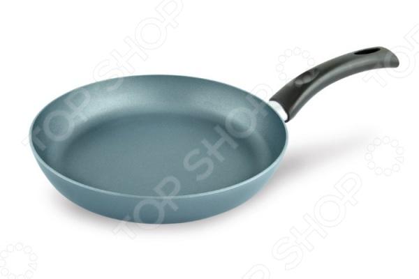 Сковорода Нева-металл «Скандинавия»Сковороды<br>Сковорода Нева-металл Скандинавия это объемная сковорода с высококачественным антипригарным покрытием, которая прекрасно подходит для приготовления продуктов. Благодаря специальному покрытию, на ней можно приготовить разнообразные блюда из мяса, рыбы, птицы и овощей практически не используя масло. Готовое блюдо получится не только вкусным, но и полезным. Сковорода имеет толстое дно, что подходит для длительного тушения и приготовления насыщенных соусов. Эта сковорода станет настоящим помощником в приготовлении, кроме того, благодаря теплопроводным свойствам сковорода подходит для быстрого разогрева пищи.<br>