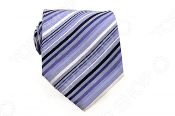 Галстук Mondigo 44717Галстуки. Бабочки. Воротнички<br>Галстук Mondigo 44717 - элегантный мужской галстук ручной работы, выполненный из шелка, который обладает хорошими гигиеническими свойствами и особым блеском. Галстук темно-синего цвета, украшен диагональными полосами голубых, черных и белых цветов. Края галстука обработаны лазерным методом. На обратной стороне галстука находится простроченная шелковая нитка, которая позволяет регулировать длину изделию. Такой стильный галстук будет очаровательно смотреться с мужскими рубашками темных и светлых оттенков. Необычный дизайн дополнит деловой стиль и придаст изюминку к образу строгого делового костюма.<br>