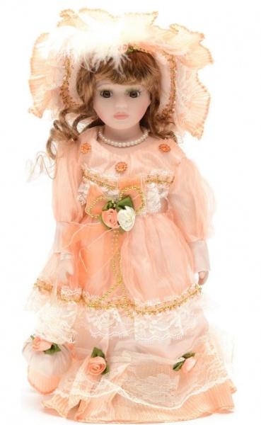 Кукла Angel Collection «Кери»Куклы<br>Фарфоровые куклы всегда были воплощением красоты, утонченности и изящества. Их история и массовая популяризация началась со стремления Франции окончательно закрепить за собой статус страны-законодательницы мод. В то время куклы использовались в роли уменьшенных манекенов для демонстрации различных нарядов, аксессуаров и косметики. Сегодня же они являют собой настоящие произведения искусства, которые становятся центром музейных экспозиций и знаменитых кукольных коллекций. Кукла Angel Collection Кери займет почетное место в вашей домашней коллекции. Ее образ изыскан и неповторим, отличается великолепной проработкой и особым вниманием к деталям. Кери наряжена в пышное платьице и шляпку, ее каштановые волосы уложены в красивые локоны. Одежда куклы украшена лентами, кружевом и атласными розочками.<br>