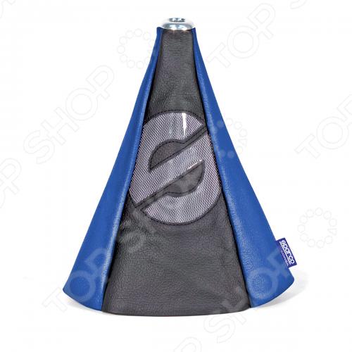 Чехол для рычага механической КПП Autoprofi Sparco выполнен из экокожи и представляет собой привлекательный и практичный элемент оформления салона автомобиля. Модель призвана защитить рычаг от повреждений и помочь быстро и без усилий придать интерьеру эксклюзивные и динамичные черты. Основание чехла крепится на эластичную стяжку, а верхняя часть фиксируется под рукояткой рычага КПП на металлическую шайбу. Такой способ установки позволяет использовать аксессуар с любыми рычагами КПП, в том числе с теми, которые в отдельных случаях, например, при включении заднего хода, необходимо вытягивать вверх.