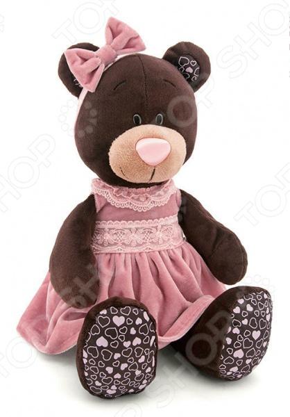 Мягкая игрушка Orange сидячая в бархатном платье Milk «Медведь»Мягкие игрушки<br>Мягкая игрушка Orange сидячая в бархатном платье Milk Медведь это замечательный подарок для вашей малышки! Забавный зверек с розовым носиком и добрыми глазками украсит любую детскую комнату и принесет радость и веселье во время игр. Игрушка изготовлена из плюша, а фурнитура выполнена из пластика. Набивкой служит полиэфирное волокно. Все материалы абсолютно безвредны для здоровья ребенка. Мех не выгорает на солнце и невероятно мягок. Orange сидячая в бархатном платье Milk Медведь поможет развить воображение, тактильные навыки, зрительную координацию и мелкую моторику рук. Кроме того, тренируется наблюдательность, образное восприятие и логическое мышление.<br>