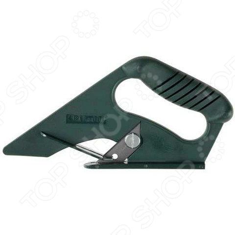 Нож строительный для напольных покрытий Kraftool Expert 0930_z01Строительные ножи<br>Нож строительный для напольных покрытий Kraftool Expert 0930 z01 удобный и практичный инструмент, который будет просто необходим в быту или во время строительных, ремонтных работ. Данная модель предназначена для разрезания линолеума и других мягких напольных покрытий. Инструмент отличается удобной и практичной формой корпуса с эргономичной рукояткой. Это обеспечивает надежный захват инструмента и полный контроль над движением ножа. Легкий и прочный корпус выполнен из ударопрочного пластика, поэтому даже если вы случайно уроните нож, с ним ничего не произойдет.<br>
