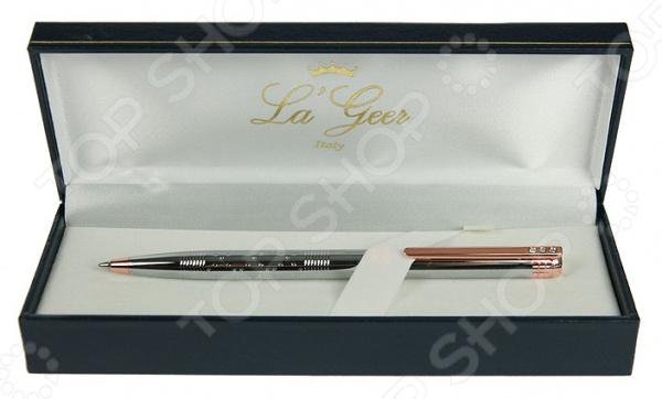 Ручка шариковая La Geer 50294-BPРучки и аксессуары<br>Ручка шариковая La Geer 50294-BP это всегда достойный и практичный подарок. Не знаете, что преподнести начальнику или преподавателю Можете быть уверены, что изящная шариковая ручка в роскошной упаковке им обязательно понравится. Этот канцелярский товар станет отличным решением практически для любого праздника. Благодаря своему продуманному стильному дизайну ручка станет настоящим украшением рабочего стола. Ее серебристая расцветка с медными вставками смотрится весьма презентабельно и органично, а небольшой узор из страз добавляет изделию особую изюминку . Ручка в упаковке надежно фиксируется тканевой перепонкой, поэтому она точно не упадет и не сдвинется. Изделие выполнено из высококачественного металла. Не рекомендуется хранить ручку в тепле.<br>