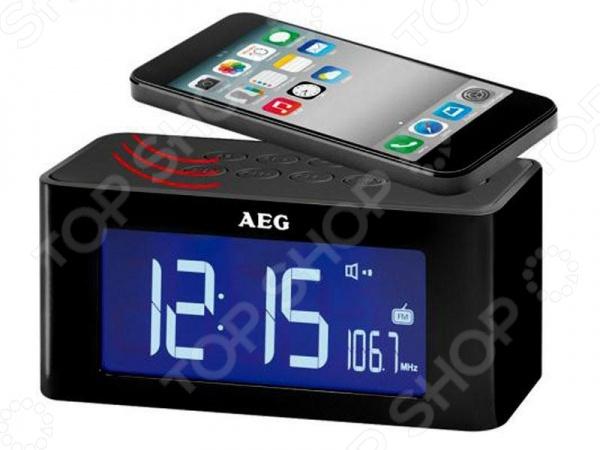 Радиочасы AEG MRC 4140Часы настольные<br>Радиочасы AEG MRC 4140 домашние часы, выполненные в современном стиле, со встроенной функцией воспроизведение FM волн, которые дадут вам возможность просыпаться по утрам под любимое радио-шоу. Оснащена функцией поэтапной настройки будильника - если вы не проснулись вы первый раз, то устройство включится еще раз через некоторое время. Основные функции часов:  Отображение времени, даты и температуры в помещении  Цифровой PLL тюнер FM, 6 ячеек памяти  Два времени будильника, повтор сигнала режим дремать с программируемым интервалом 5 - 60 мин  Выбор сигнала пробуждения радио, зуммер, звуки природы  Таймер автоматического отключения до 90 минут  Также предусмотрена функция отложенного отключения устройства. Трансляция музыки производится посредством беспроводной связи. Достаточно просто положить источник звука смартфон, телефон на верхнюю панель устройства и музыка начнет играть.<br>