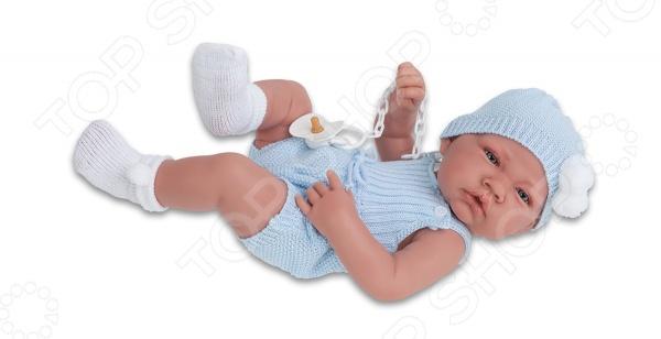 Пупс интерактивный Munecas Antonio Juan Хосе это милая и очаровательная кукла, которая очень похожа на настоящего малыша. Куклу очень удобно держать и носить на руках. Пупс одет в очаровательный костюмчик. Такая игрушка оставляет простор для фантазий ребенка, дает возможность самостоятельно придумывать новые игры, и с помощью таких игр адаптироваться в реальном мире. Эта кукла надолго станет настоящим другом вашему ребенку. У Хосе на голове еще не выросли волосы, а туловище выполнено с анатомической точностью. Серия кукол Antonio Juan отличается высоким качеством исполнения. Куклы сделаны из экологически чистых материалов абсолютно безопасных для здоровья ребенка. Большое сходство пупсов с настоящими младенцами придает реалистичность игре.