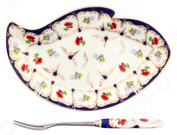 Тарелка для лимона с вилкой Elan Gallery «Цветочек»Сервировочные блюда и тарелки<br>Красиво сервировать чай целое искусство, поэтому нельзя упускать из виду даже самые незначительные детали. Стоит задуматься не только о том, как подать к чаю десерт, сахар, варенье или мед, но и о том, как красиво сервировать нарезанный лимон. Можно воспользоваться обычной тарелкой из столового сервиза, но на специальной подставке это традиционное дополнение к чаю будет смотреться намного эффектнее. Тарелка для лимона с вилкой Elan Gallery Цветочек оригинальный и необычный предмет, который найдет своей применение на любой современной кухне. Специальная тарелочка предназначена для красивой сервировки нарезанных долек лимона или любой другой нарезки. В комплекте имеется специальная вилка для лимона с двумя зубцами. Эта тарелка выполнена из качественной керамики, которая отличается прекрасными эксплуатационными характеристиками:  ей не страшны ни высокие температуры, ни следы от слишком крепкого напитка;  не теряет свои качества даже после многолетнего использования;  долговечна при правильном и аккуратном обращении;  не выделяет неприятного запаха при нагревании. Изделие выполнено в форме волны и оформлено оригинальным дизайнерским узором. Тарелка для лимона также отличается простотой в уходе, её достаточно вымыть водой с обычными моющими средствам и она готова к новым испытаниям. Не используйте абразивные моющие средства. Не используйте в микроволновой печи.<br>