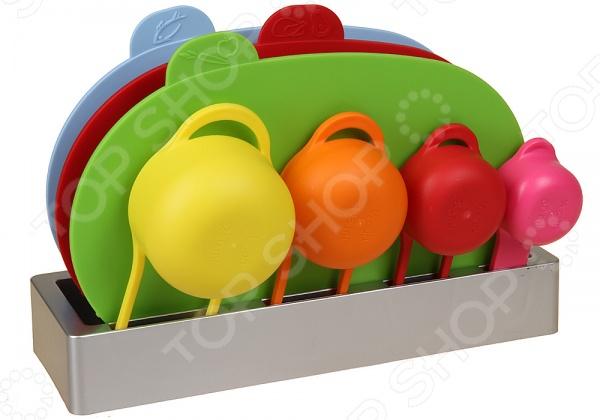 Набор разделочных досок POMIDORO SET78Разделочные коврики и доски<br>Набор разделочных досок POMIDORO SET78 компактный комплект из разноцветных досок и мерных чашек для повседневного использования. Благодаря специальным индикаторам на каждой модели, вы ни за что не перепутаете доски. В наборе 3 пластиковых изделия: для сырого мяса, рыбы и продуктов, не требующих тепловой обработки или овощей, и 4 мерные чашки. Все доски хранятся в компактной подставке. Толщина доски 4 мм.<br>