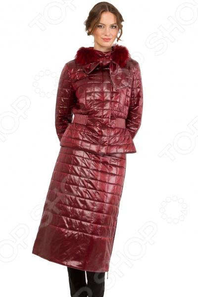 Костюм Sirenia Мадонна. Цвет: вишневыйКостюмы<br>Представляем вашему вниманию женскую утепленную куртку с юбкой модель МАДОННА, необычайно красивую, элегантную и функциональную. Эта модель создавалась итальянской дизайн-студией Sirenia , основные задачи были создание элегантной и практичной модели для любого возраста. Ткани и утеплитель высококачественные, производства Италии. Внешняя ткань плащевая ткань с контрастной основой, что создает переливчатый эффект и смотрится очень богато. Утеплитель Valtherm это пористый утеплитель нового поколения, основное отличие его от основных похожих утеплителей в том, что Valtherm не деформируется после глажки или стирки, что позволяет ему всегда держать форму нового изделия. Отдельно хочется сказать про подкладку поливискоза, производство Франция. Поливискоза это наиболее приближенная к натуральным ткань, состоящая из 50 вискозы и 50 полиэстера, что обеспечивает хорошую теплопроводимость, тело дышит , что очень важно при перепадах температур. Несмотря на воздушность данного материала, за счет пористой структуры при должной толщине он может выдерживать температуры до 20 градусов мороза. Мы используем только качественную итальянскую фурнитуру. Итальянские дизайнеры всегда славились тем, что создавали ультра современные модели и МАДОННА не исключение. Данная модель это воплощение элегантности и утонченности, она выглядит лаконично, стильно и дорого , что полностью вписывается в концепцию трендов этого сезона. Данная модель подходит для любых возрастов и ситуаций, в ней можно выйти на работу, равнозначно как и в театр или ресторан. Дизайнеры Sirenia всегда особое внимание уделяют силуэту. В данной модели очень удачно просматривается силуэт песочные часы , что стройнит и красит любую женщину. Также хочу обратить внимание, что конструировании мы используем немецкие технологии, что позволяет добиться идеальной посадки. Данная модель совмещает в себе 3 вещи в одном: это и отличная теплая куртка, в которой одинаково комфортно и осенью, и