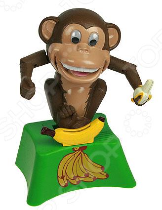 Копилка «Обезьяна механическая»Копилки<br>Копилка Обезьяна механическая забавная вещица, которая понравится и детям, и взрослым. Она представлена небольшой коробочкой с бананом, возле которого расположилась веселая обезьянка. Зверек будет очень рад каждой отправленной в копилку монетке, он обязательно развеселит домочадцев и гостей, подарит окружающим море положительных эмоций. Копилка с обезьянкой станет не только надежным хранилищем для денежных сбережений, но и подарит вам отличное настроение. Вы можете украсить ею полку или рабочий стол или же приобрести в качестве подарка. Близкие и родные точно будут в восторге от такой оригинальной вещицы! Копилка изготовлена из прочного и безопасного пластика, она отличается насыщенностью цветов и прекрасной детализацией. Механизм копилки работает от батареек типа АА в комплект не входят .<br>