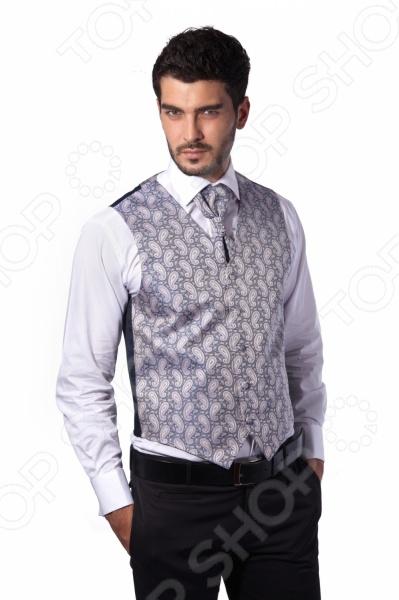 Жилет Mondigo 20477 это деталь классического мужского костюма. Сегодня жилет стал неотъемлемой частью гардероба стильного мужчины, следящего за модными тенденциями. Эта модель отлично будет сочетаться с пиджаком. Жилет также можно использовать и как самостоятельный предмет одежды для создания образа в стиле casual . Жилет это возможная альтернатива пиджаку, при этом он не сковывает движения. Этот предмет одежды позволит создать деловой образ, но чувствовать себя гораздо удобнее в теплое время года.