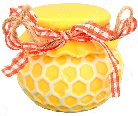 Горшочек для меда Elan Gallery «Соты» 110726Банки для мёда. Розетки<br>Горшочек для меда Elan Gallery Соты 110726 сосуд для хранения меда в оригинальном исполнении. Зачем хранить драгоценный продукт в обычной стеклянной банке, когда для этих целей была создана специальная емкость из керамики. В таком горшочке мед не только удобно хранить, но и подавать к столу во время семейного чаепития.  Горшочек можно держать на виду благодаря красивому дизайну, он только добавит изюминку интерьеру вашей кухни.  Стенки сосуда непрозрачные, поэтому его содержимое будет в безопасности от воздействия дневного света. Но в любом случае настоятельно рекомендуется избегать прямого попадания прямых солнечных лучей на горшочек, ведь нагрев негативно сказывается на свойствах меда и разрушает его структуру.  Изделие может стать запоминающимся подарком дорогому человеку, особенно если его дополнить ароматным медом. Горшочек изготовлен из керамики. Материал идеально подходит для хранения пищевых продуктов, он экологичен и безопасен для здоровья. Легко моется в теплой воде с небольшим количеством моющего средства для посуды.<br>