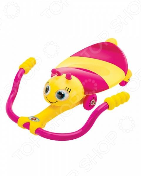 Каталка детская Razor с механическим управлением Twisti Lady BuzzКаталки и качалки<br>Каталка детская Razor с механическим управлением Twisti Lady Buzz простое и оригинальное приспособление для веселого и безопасного катания вашего ребенка. Принцип работы каталки настолько прост, что с ним справится даже 1,5 годовалый ребенок. Все что от малыша требуется это сесть на мягкое и удобное сидение, упереться ногами в руль, взяться за ручки и двигать их из стороны в сторону. Сидение выполнено в виде очаровательной пчелки с большими и выразительными глазками. Глазки двигаются с поворотом руля. Такое легкое и понятное управление научит малыша рулить. Катясь на такой необычной игрушке ребенок сможет развить:  координацию движений и общую моторику;  равновесие;  концентрацию;  правильно ходить и управлять предметами;  быструю реакцию и внимательность. Максимальная нагрузка на игрушку составляет 25 кг.<br>