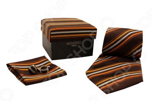 Набор подарочный: галстук, запонки, нагрудный платок Mondigo 43123Галстуки. Бабочки. Воротнички<br>Набор подарочный: галстук, запонки, нагрудный платок Mondigo 43123 - подарочный набор выполненный в коричневом цвете и украшенный узором из полос. В комплект входит галстук, запонки и нагрудный платок. Галстук выполнен из шелка и обладает хорошими гигиеническими свойствами и особым блеском. Запонки из металла высокой пробы будут стильно выглядывать из под пиджака. Верхняя часть запонок выполнена из шелка. Комплект упакован в подарочную упаковку из ткани аналогичной расцветки. Такой элегантный и стильный набор непременно понравится каждому мужчине.<br>