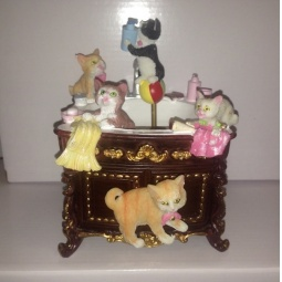 фото Музыкальная шкатулка Crystal Deco «Комод-умывальник с котятами»