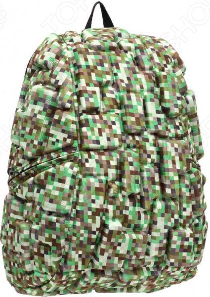 Рюкзак городской MadPax Blok Full Digital GreenРюкзаки<br>Рюкзак городской MadPax Blok Full Digital Green прекрасное сочетание хорошего качества, комфорта носки и стильного дизайна. Прочный рюкзак с вместительным основным отделением станет надежным хранилищем для самых разнообразных вещей, в которых нуждается житель современного города. Отправляясь на прогулку, вы всегда сможете захватить и свой ноутбук, разместив его в специальном кармане рюкзака диагональ ноутбука не более 17 дюймов . В боковых частях имеются карманы для различных мелочей, к которым нужен быстрый доступ. Предусмотрена надежная петля для ношения рюкзака в руке, а также мягкие регулируемые лямки для плеч. Они достаточно широкие, что позволяет оптимально распределить нагрузку на позвоночник. Дополнительную фиксацию осуществляет поперечная лямка, застегивающаяся на груди, и особая ортопедическая спинка. Кстати говоря, она оснащена системой вентиляции, поэтому прогулки с рюкзаком за плечами даже в жаркое время не доставят вам дискомфорта. Отдельно стоит отметить несколько футуристический и очень оригинальный дизайн изделия объемные формы. Они напоминают конструктор или всем известную игру Тетрис , поэтому современные парни и девушки оценят данное изделие по достоинству. Объемные фигуры играют не только декоративную роль, но и создают некую амортизационную подушку, которая надежно защищает содержимое рюкзака от повреждения. Несомненно, такой яркий аксессуар выделит вас на фоне остальных и расскажет окружающим о вашем особом, неповторимом вкусе.<br>