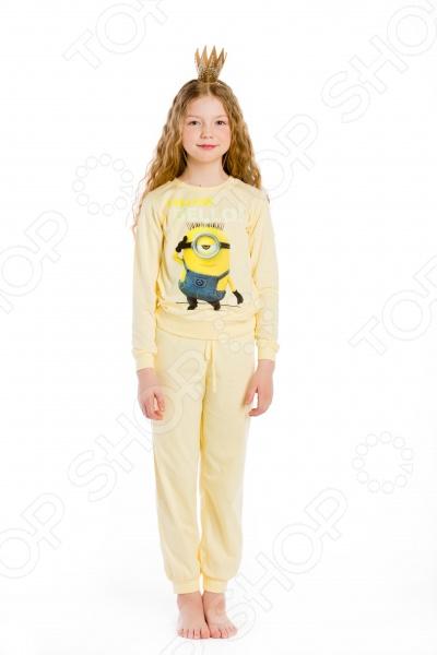 Детская одежда должна отличаться не только удобством и стильным дизайном, но и высоким качеством используемых материалов. Поэтому при её выборе нужно отдавать предпочтение натуральным материалам, например таким, как хлопок. В особенности это касается той одежды, в которой ваш ребенок проводит много времени - одежды для дома или пижамы. Пижама для девочки Yellow Bello! станет великолепным дополнением детского гардероба. Она выполнена из высококачественного трикотажного полотна из натурального хлопка, поэтому в такой пижаме ребенок будет чувствовать себя очень комфортно. Натуральный материал отлично отводит и впитывает влагу, а также обеспечивает отличную воздухопроницаемость. Другим преимуществом пижамы для девочки Yellow Bello! является её свободный и удобный крой, который не будет сковывать движение ребенка. Длинные рукава футболки и штанишки оформлены эластичными манжетами, поэтому они не будут задираться даже во время беспокойного сна. Особого внимания заслуживает яркий и стильный дизайн пижамы, который выполнен в стиле популярного и всеми любимого детского мультфильма Миньоны . Изделия также отличаются великолепной носкостью. Они не потеряют свою форму, цвет и качество даже после многочисленных стирок. Подарите вашему ребенку здоровый и комфортный сон с пижамой для девочки Yellow Bello! .