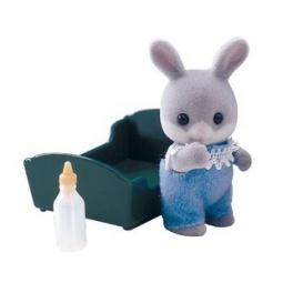 фото Игровой набор Sylvanian Families «Малыш Серый Кролик в голубом костюмчике»