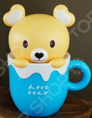 Лампа-ночник настольная 31 ВЕК «Медвежонок»Ночники<br>Лампа-ночник настольная 31 ВЕК Медвежонок это сочетание стильного дизайна, практичности и функциональности. Модель выполнена в виде очаровательного медвежонка, любопытно выглядывающего из голубой чашки с молоком. Ночник не просто наполнит детскую комнату мягким и теплым светом, а станет настоящим украшением интерьера, добавит ему озорства и уюта. Модель выполнена из высокопрочного ABS-пластика; работает на светодиодах, что обеспечивает сверхдолгий срок службы, низкое энергопотребление, отсутствие мерцания и ультрафиолетового излучения. В качестве источника питания для ночника можно использовать как компьютерный USB-порт, так и сеть с напряжением в 220 В.<br>