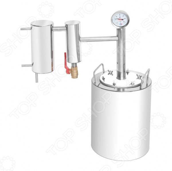 Самогонный аппарат Добрый Жар «Люкс»Домашние мини-пивоварни. Самогонные аппараты<br>Самогонный аппарат Добрый Жар Люкс , используемый для получения самогона в домашних условиях. Принцип работы прибора основан на методе дистилляции, а именно на испарении спирта с его последующей конденсацией. Зачастую, самогонные аппараты-дистилляторы применяют для перегонки браги в спирт-сырец для последующей ректификации, либо, когда нужно максимально передать вкус исходного сырья. Дистиллятор выполнен из высококачественной, не вступающей в реакции окисления, нержавеющей стали. Наличие сухопарника позволяет лучше очистить исходный продукт от сивушных масел и, как результат, получить более чистый самогон. Для охлаждения змеевика аппарат имеет дополнительный резервуар для воды. Достаточно залить в него холодную воду, и можно заниматься перегонкой практически в любых условиях, хоть на костре.<br>
