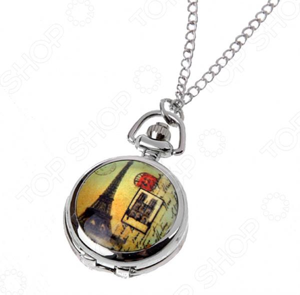 Кулон-часы Mitya Veselkov «Париж на желтом фоне»Кулоны<br>Кулон-часы Mitya Veselkov Париж на желтом фоне это стильный аксессуар, который выполняет не только функцию украшения, но и классических часов. Корпус изделия выполнен из прочного, но изящного сплава тонкой работы. Внутри корпуса вы увидите кварцевые часы с тремя стрелками, которые прослужат вам долгие годы. Кулон крепится на изящную цепочку панцирного плетения, с карабином, при необходимости вы можете заменить её и использовать кожаный шнурок. В такой вариации вы идеально дополните образ стим-панк, который снова становится популярен. Любая современная девушка будет в восторге от такого украшения, ведь эти часы сочетаются с любыми аксессуарами и хорошо смотрятся как с свитерами крупной вязки, так и с воздушными блузами. Этот кулон может стать идеальным подарком на праздник.<br>