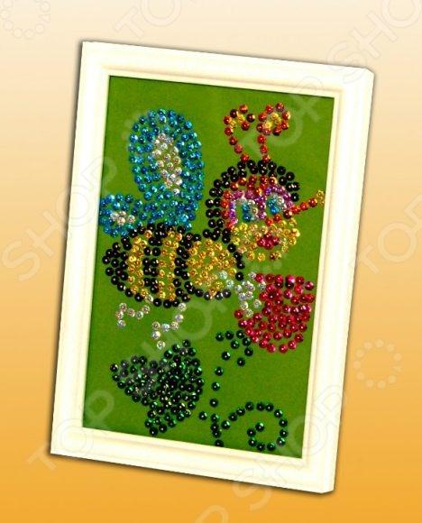 Мозаика из пайеток Волшебная мастерская «Пчелка»Мозаика<br>Мозаика из пайеток Волшебная мастерская Пчелка станет прекрасным подарком для вашего малыша. С помощью данного набора ребёнок сможет самостоятельно собирать различные картинки и изображения. Подобные занятия развивают моторику рук, а так же образное мышление и воображение. Мозаика создана из высококачественных, экологически чистых материалов. Инструкция по сборке: Для начала сборки надо разместить перед собой подставку из пенопласта. Наложите на неё цветной фон точечным рисунком вверх. Для удобной разметки надо проколоть гвоздиками лист бумаги к подставке из пенопласта по углам. На цветном фоне нанесены точки указывающие место, куда прикалывается цветная пайетка. Каждый цвет обозначен определенным номером на схеме картины. Выберете пайетки в соответствии с цветовой схемой картины. Аккуратно приколите пайетку на указанное место. Начинайте прикалывать пайетки с края картины и постепенно продвигайтесь к центру. Если вы вдруг ошиблись, не паникуйте, дышите глубже, все поправимо, просто вытащите гвоздик, замените цвет пайетки и приколите как надо. Пайетки надо прикалывать выпуклой поверхностью вверх.<br>